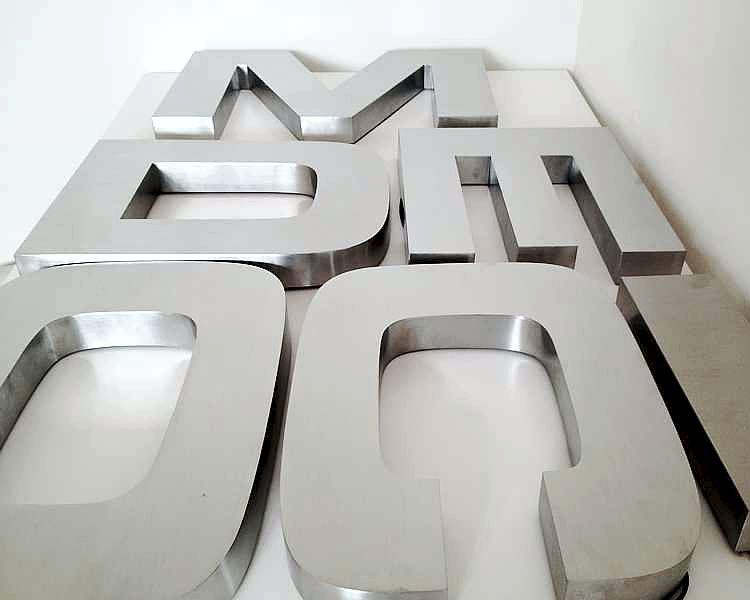 litery ze stali nierdzewnej