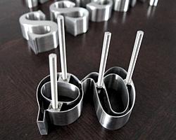 litery ze stali nierdzewnej mocowanie pręty