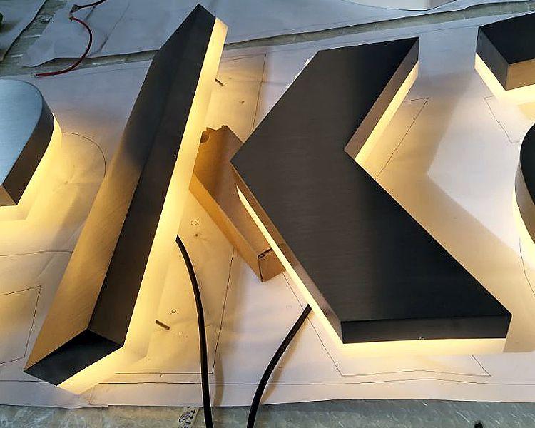litery podświetlane ze stali nierdzewnej